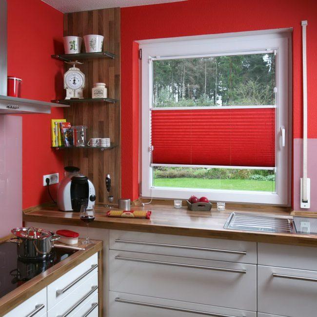 Küçük süslemeleri ile mutfakta pencerenin sıradışı görünümü