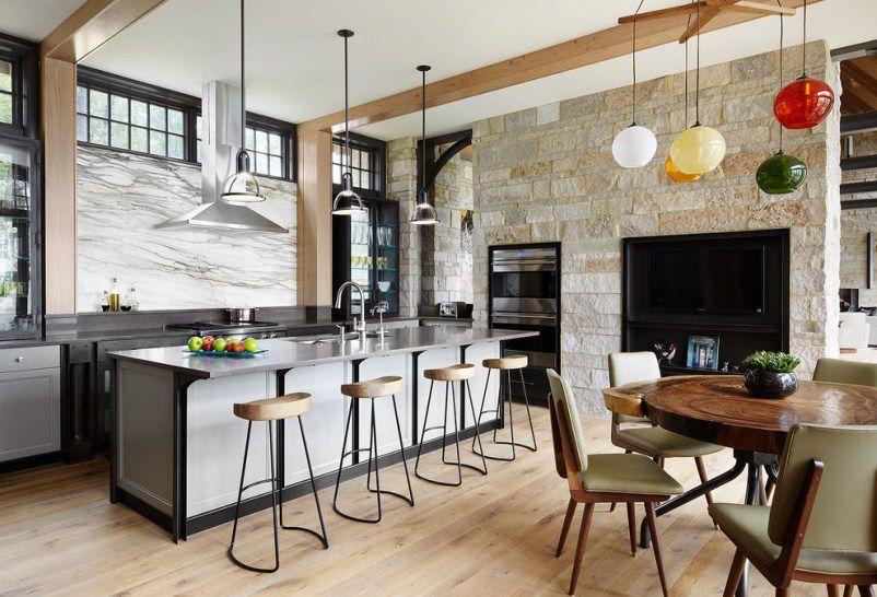 Ruang makan diserlahkan oleh dinding bata.