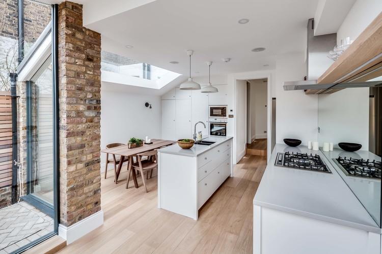 Parlak duvarlar mutfakla mükemmel bir şekilde birleştirilmiştir.