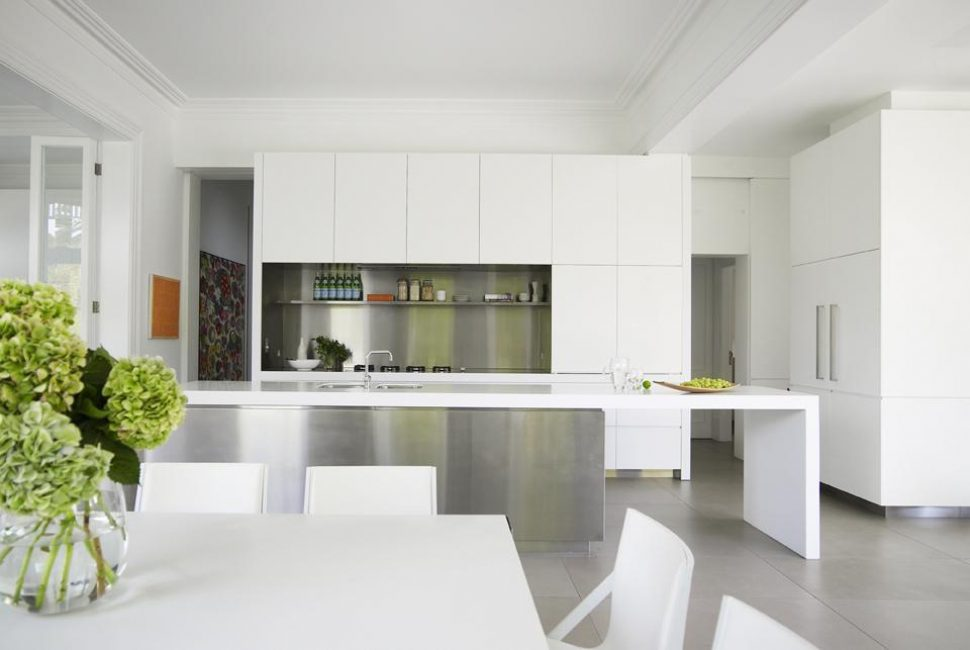 Kontrast renklerde kare mutfak