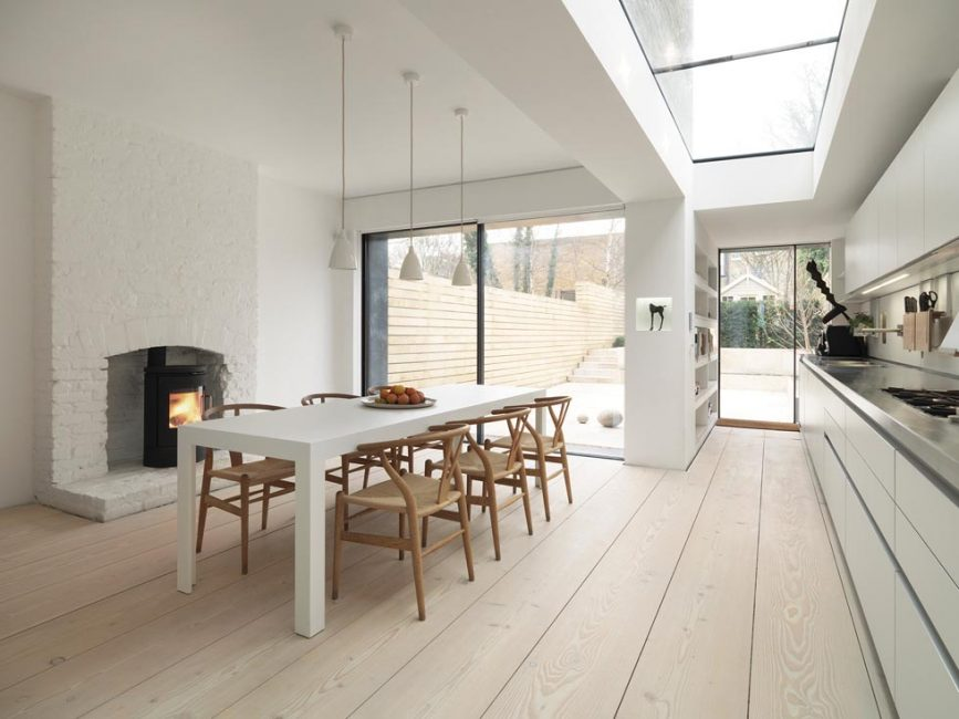 Özel bir evin yemek alanı ile zarif kontrast
