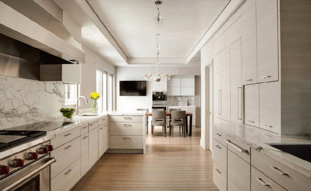 Di kawasan makan yang sempit, anda boleh mengatur ruang makan di bahagian terpencil bilik.