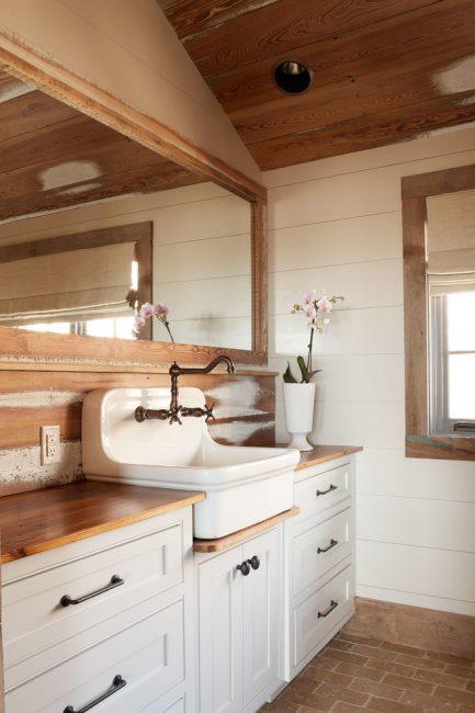 Permukaan putih yang cantik bercampur dengan kayu