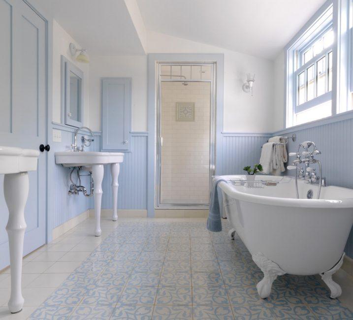 Warna biru lembut menjadikan bilik mandi sangat halus