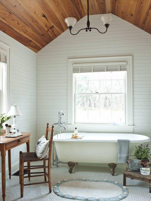 Bilik mandi putih dengan penambahan alat dengar