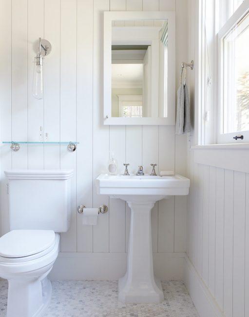 Warna putih menjadikan bilik lebih luas.
