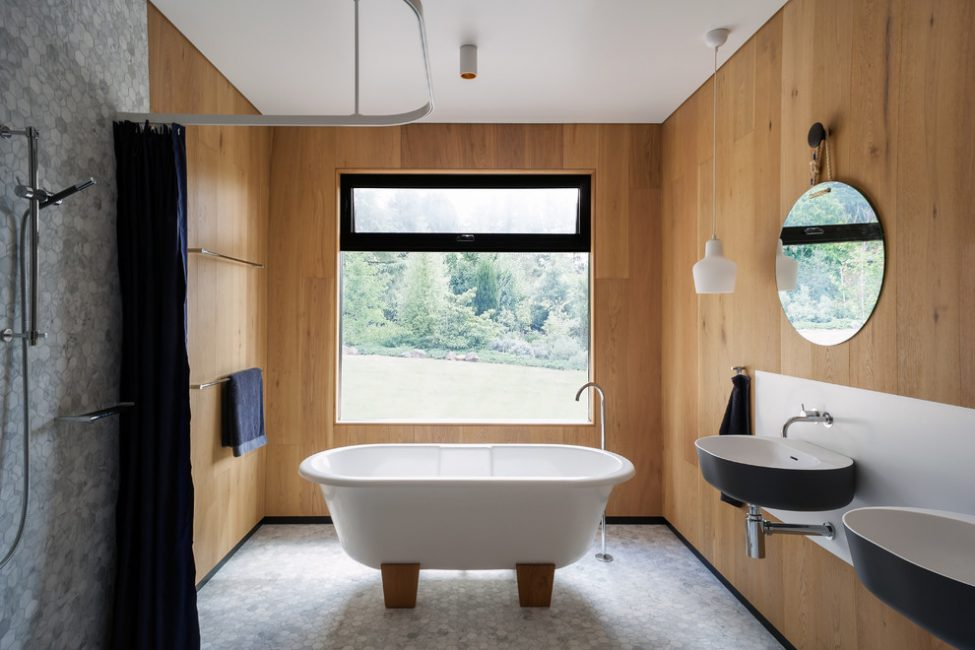 Sınırlı alana sahip bir banyo sıcak ve özel bir rahatlık yaratır.