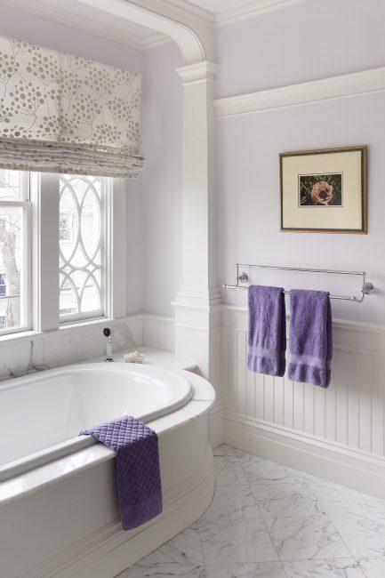 Dalam bilik mandi kecil, pedalaman dalam warna cahaya secara visual mengembang ruang anda.
