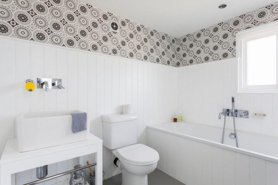 Beyaz banyo güzel ve çok geniş görünüyor