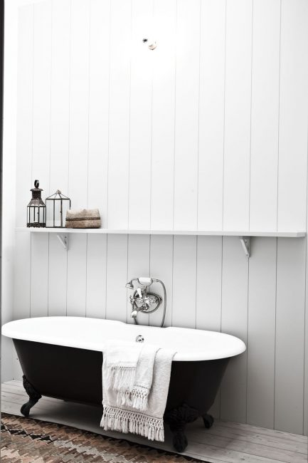 Bilik mandi hitam berwarna putih