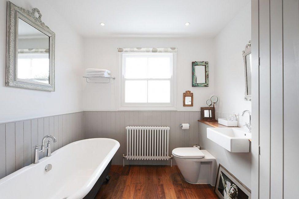 Plastik kelabu untuk bilik mandi kelihatan ketat dan ringkas
