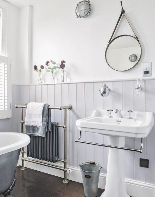Bilik mandi kelabu yang terang kelihatan cantik dan sangat longgar