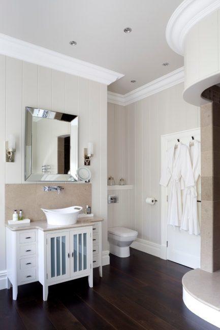 Lathing plastik berwarna latte kelihatan harmoni dengan jubin di dalam bilik mandi