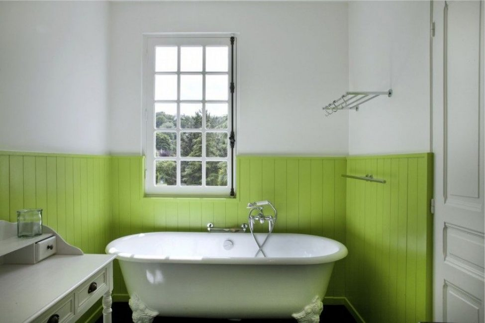 Panel plastik hijau di hiasan bilik mandi