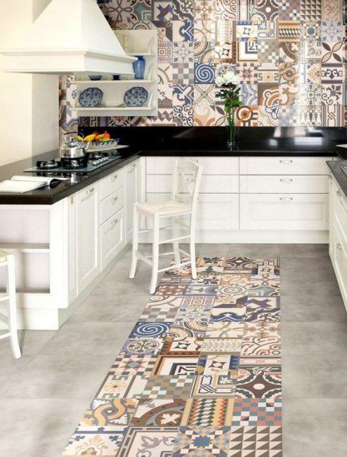 Mutfak önlüğü ile güzel zemin kombinasyonu