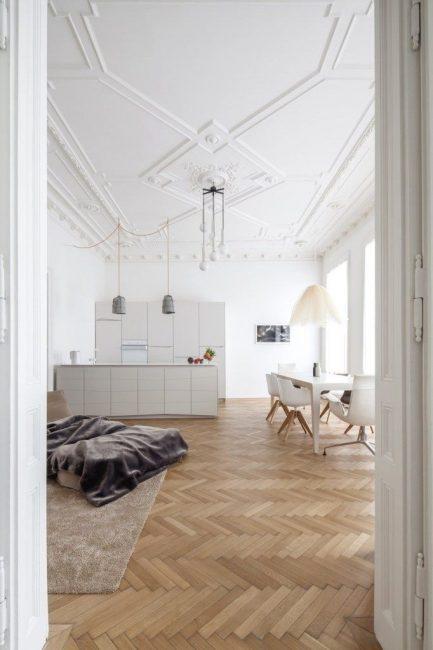 Tavanlar beyaz yüzeyler ve minimalist tasarım