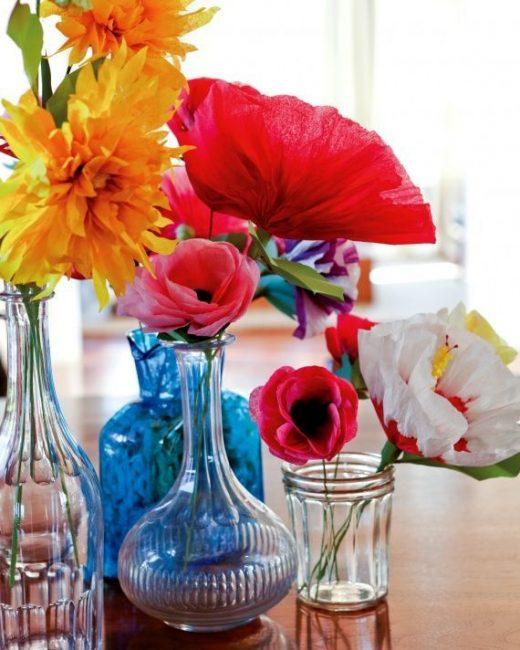 Cam kaplarda çok renkli çiçekler