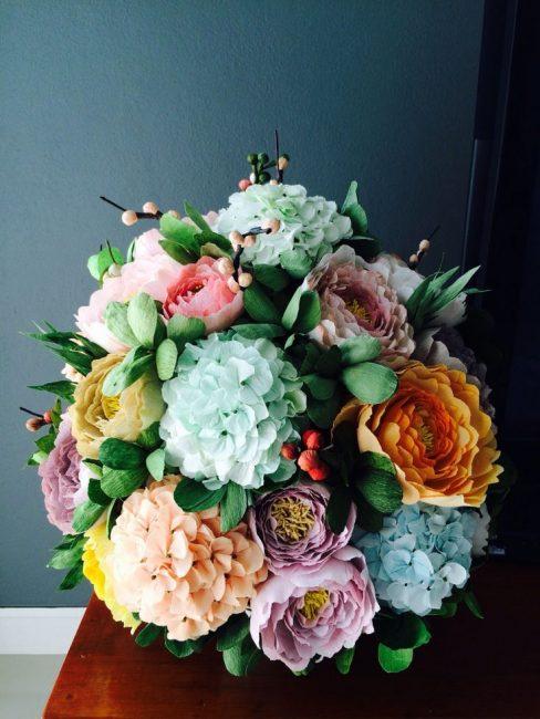 Farklı renklerde güzel çiçekler bağlama