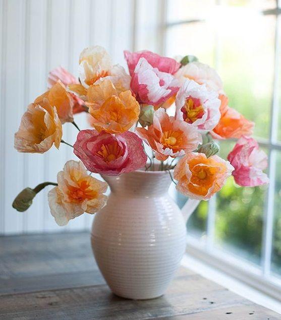 Beyaz bir vazo içinde güzel haşhaş