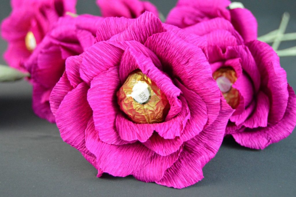 Unutulmaz bir buket çiçek içinde şeker ile