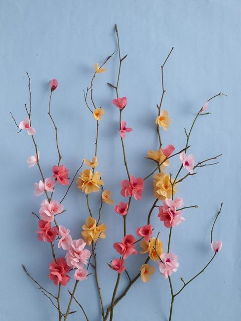 Dallar üzerinde küçük çiçekler