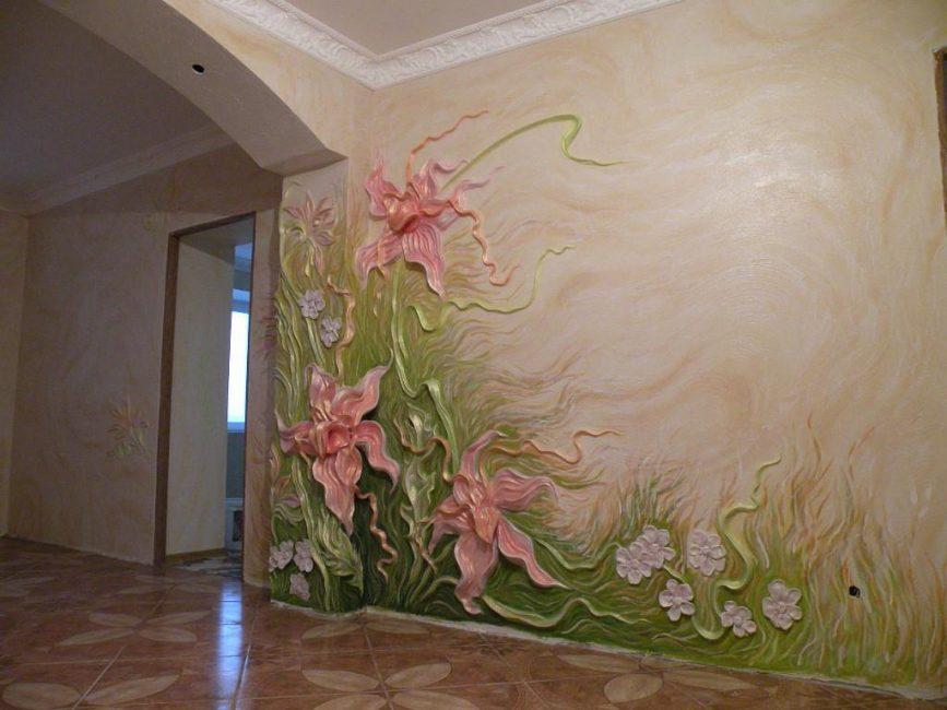 Duvarları dekore ederken özenli robot