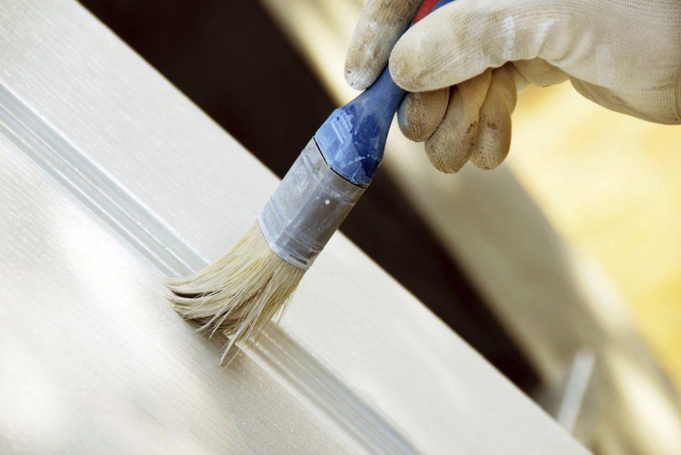 Gunakan cat akrilik untuk lukisan perabot yang selesa.
