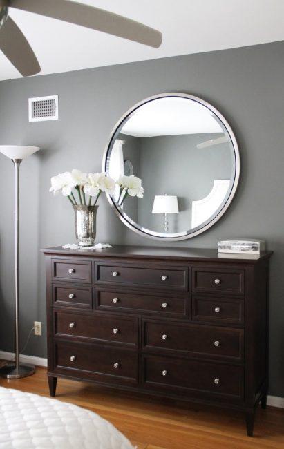 Cermin bulat dalam rim krom