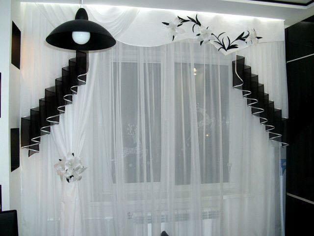 Langsir di tingkap boleh bertepatan dengan warna-warna perabot.