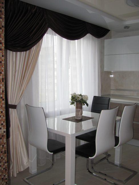 Dapur putih dengan aksen hitam