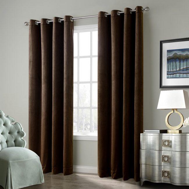 Tirai laconic yang tidak tahan di ruang tamu bilik tidur