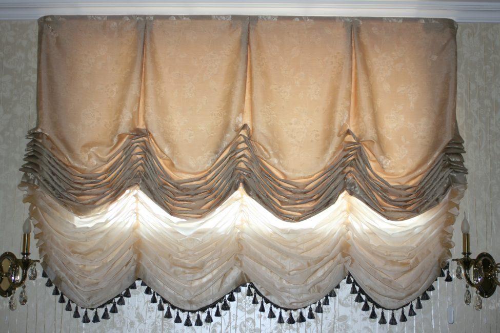 Tirai Perancis terdiri daripada beberapa kanvas