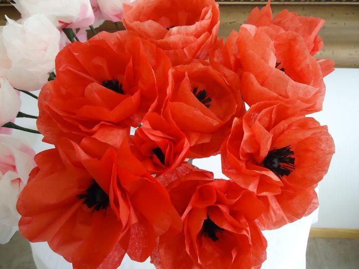 Bunga merah dari akhbar dengan pusat hitam