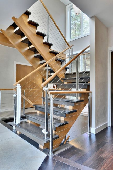 Langkah warna gelap dalam kombinasi kayu