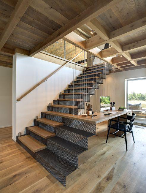 Penyelesaian yang menarik dan berfungsi - salah satu langkah tangga lancar mengalir ke meja