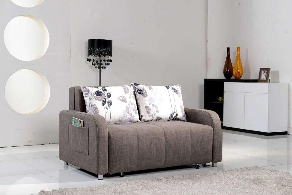 Di ruang tamu kecil - sofa kecil