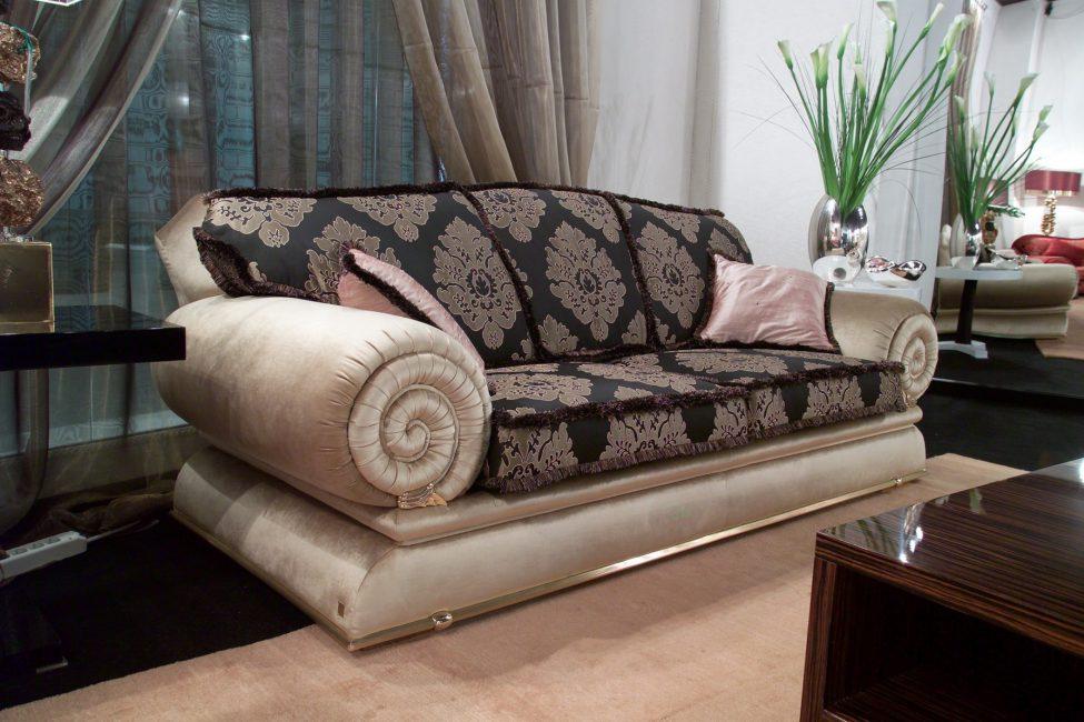 Lengan sofa yang menakjubkan di sofa kelihatan cantik.