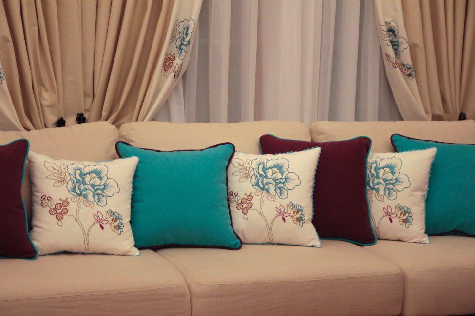 Yastıkların seyreltilmesi ile sessiz bir renklendirmede bir kanepe