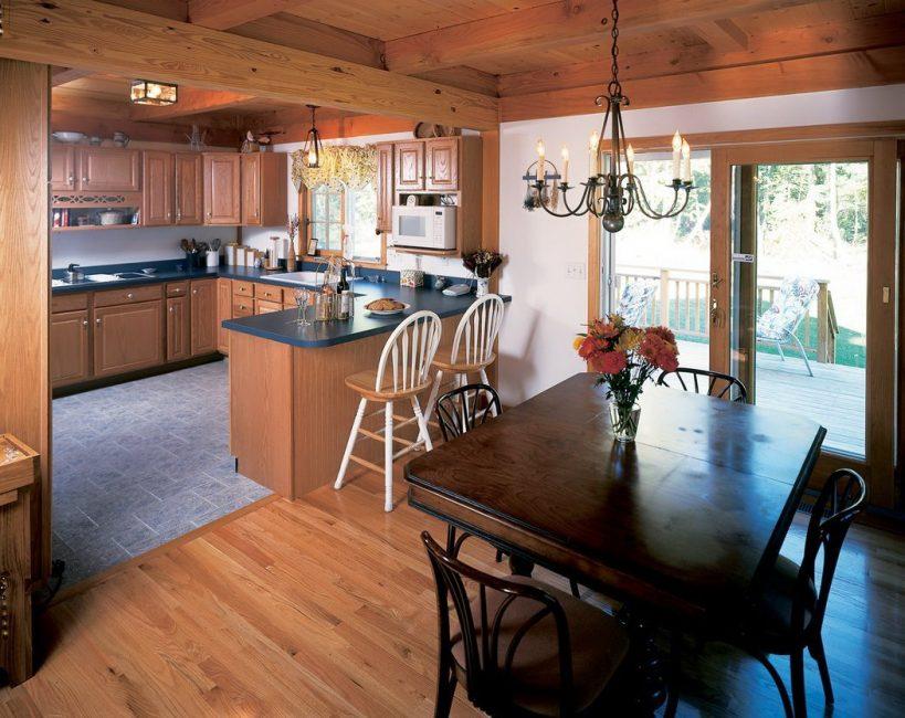 Banyak ruang di dapur membolehkan anda membuat 2 meja makan