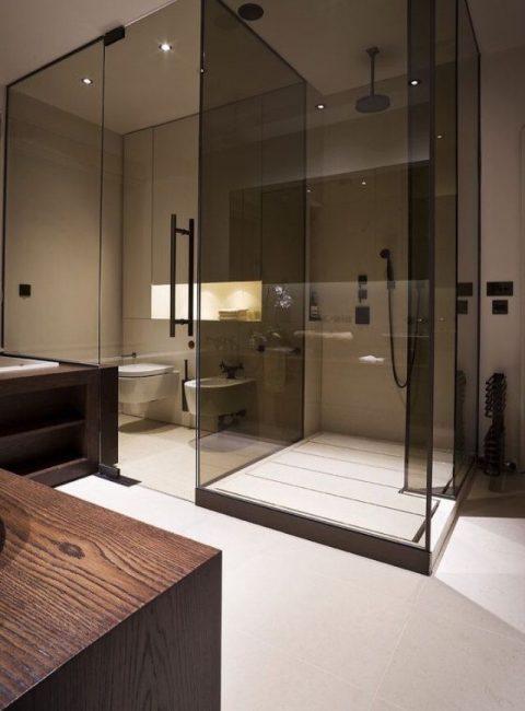 Gabungan cantik kaca gelap dengan bilik mandi ringan