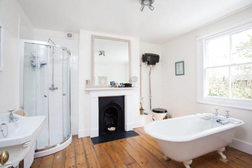 Bilik mandi salji putih dalam gaya Provence