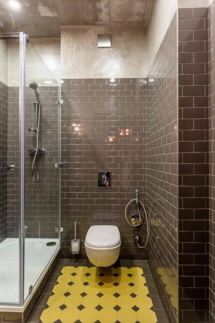 Bilik mandi yang selesa dengan warna gelap