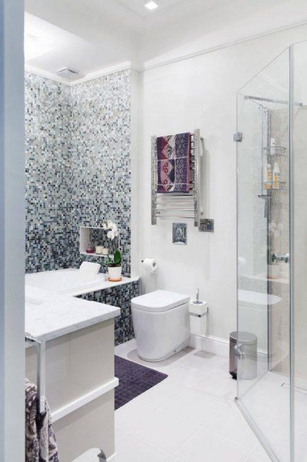 Tirai kaca mandi gerai di bilik mandi yang halus dengan warna putih