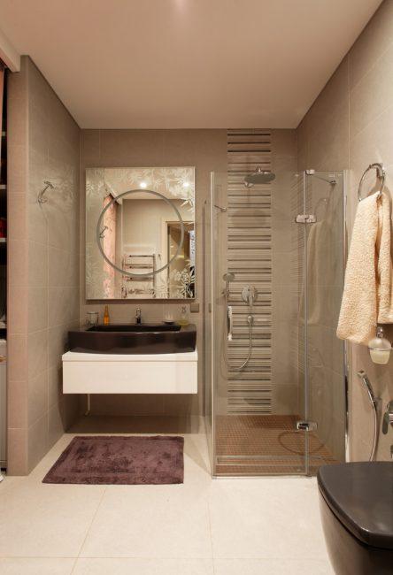 Penempatan padat kawasan pancuran mandian di bilik mandi yang kecil