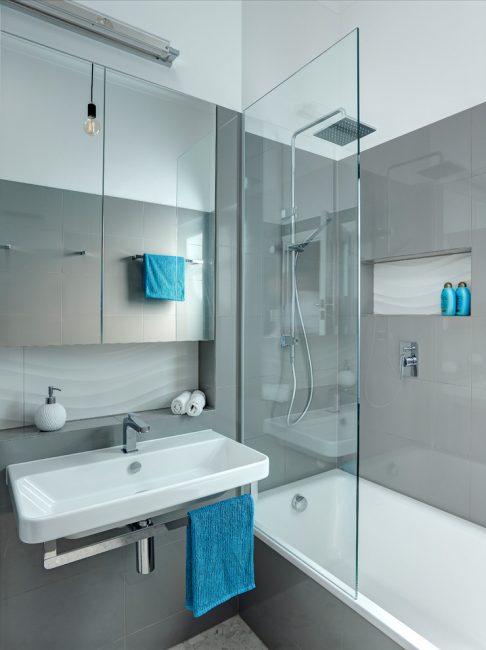 Menggabungkan bilik mandi dan pancuran mandian akan membantu untuk menyenangkan semua penyewa apartmen.