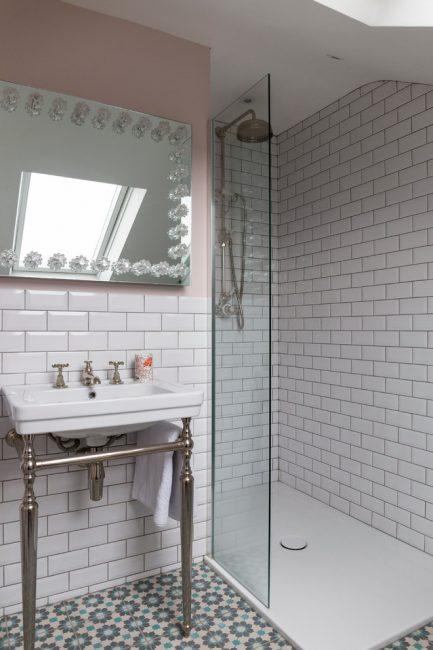 Dengan meninggalkan bilik mandi, anda boleh mendapatkan lebih banyak ruang.