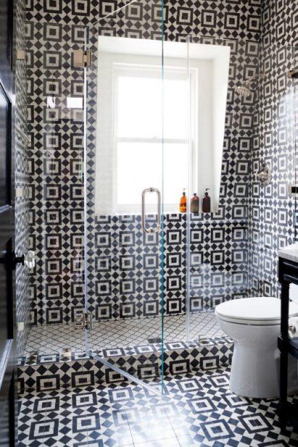 Bilik mandi moden dengan hiasan jubin putih gelap