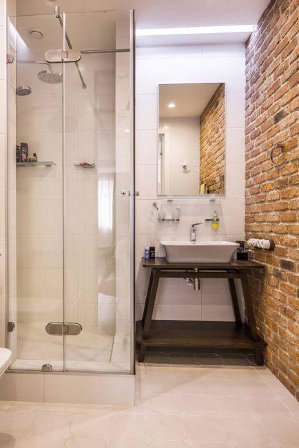 Bata di pedalaman bilik mandi kecil