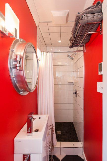 Chic bilik mandi kontras yang berbeza