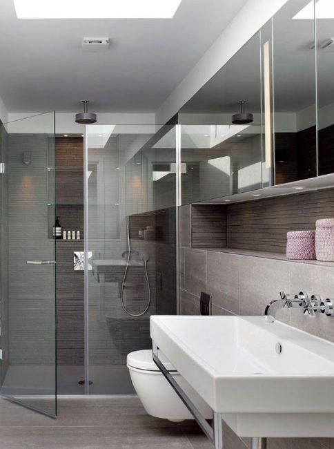 Kabinet dinding cermin sebagai cara untuk membuat bilik mandi secara visual lebih luas